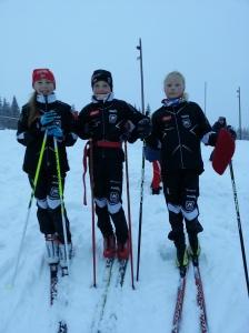 Maja Ellefsrud, Eirik Enbusk og Victoria Nitteberg etter gjennomført renn under Oslo skifestival på Gåsbu.